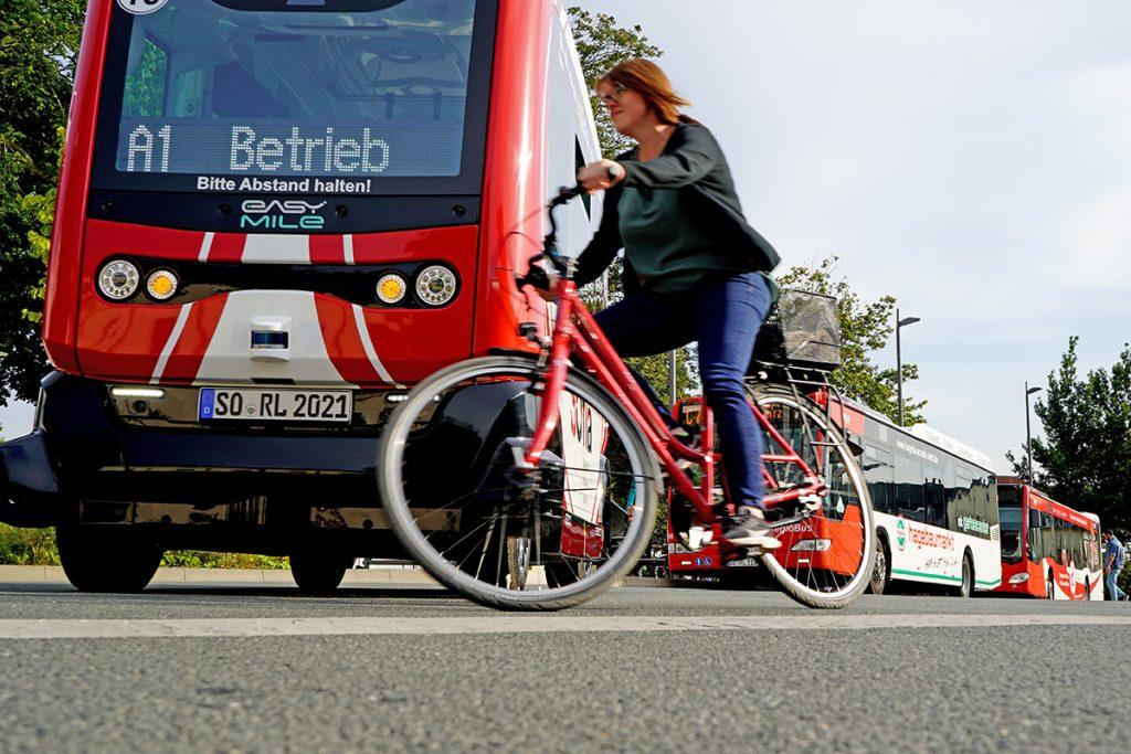 SOfia stoppt bei einer Radfahrerin